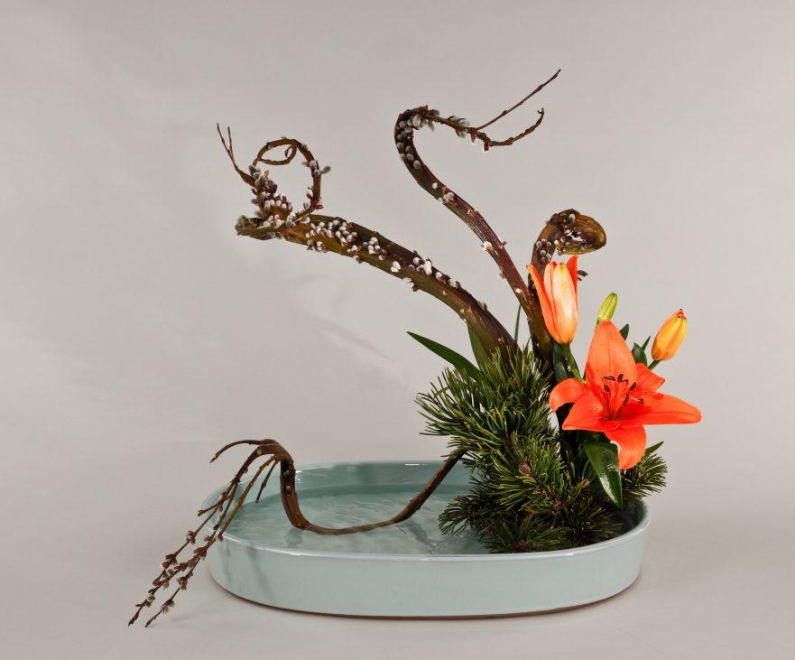 """Ikebana, Sogetsu, freies Arrangement, """"Mizukuguri"""" (Der ins Wasser tauchende Zweig) von Ayako Graefe"""