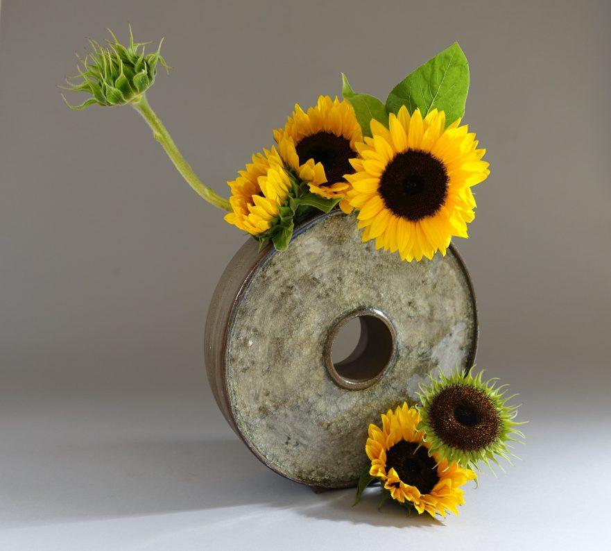 """Ikebana, Sogetsu, Arrangements mit Symbolischem Gehalt, """"Metamorphose von Sonnenblumen"""" (von Ayako Graefe)"""