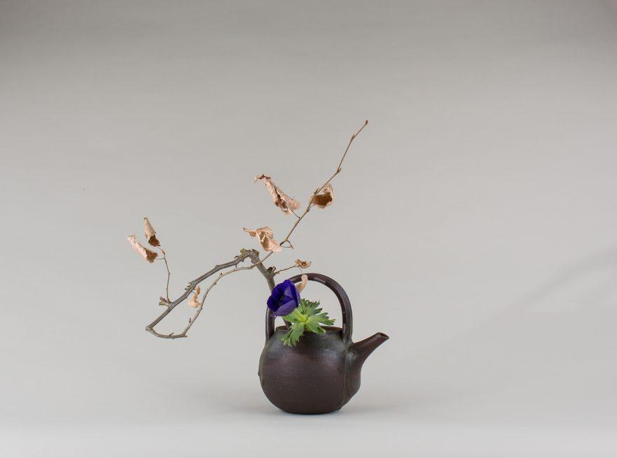 """Ikebana, Sogetsu, Wabi Sabi, """"in der alten Teekanne"""" (von Ayako Graefe)"""